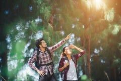 Les jeunes couples cessent de rechercher quelque chose pendant la hausse ensemble Photo stock