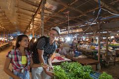 Les jeunes couples choisissent des herbes sur l'homme heureux et la femme de sourire du marché de légumes faisant des emplettes e Image libre de droits
