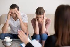 Les jeunes couples déprimés ont fatigué du fam de visite de dispute de constante Image stock