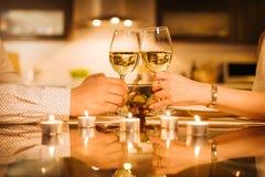Les jeunes couples dînent romantique avec du vin Photo libre de droits