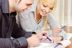Les jeunes couples d'affaires fonctionnent dans le bureau Photos libres de droits