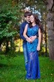 Les jeunes couples dans l'amour équipent embrasser la femme, le jour de valentine Image stock