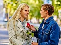 Les jeunes couples dans l'amour avec la fleur dans l'automne se garent Photos libres de droits