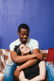Les jeunes couples dans l'amour, caresse et caressent à la maison Images stock