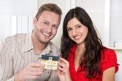 Les jeunes couples dans l'amour construisent une maison. Photographie stock libre de droits