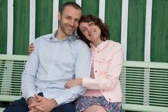 Les jeunes couples dans l'amour en vert de parc mettent le jour hors jeu d'été Image libre de droits
