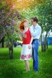 Les jeunes couples dans l'amour marchant au ressort se développant font du jardinage Photo libre de droits