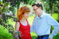Les jeunes couples dans l'amour marchant au ressort se développant font du jardinage Images libres de droits
