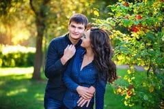 Les jeunes couples dans l'amour marchant pendant l'été se garent image stock