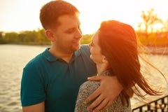 Les jeunes couples dans l'amour pendant l'automne garent l'embrassement Photographie stock libre de droits