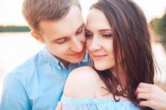 Les jeunes couples dans l'amour s'étreignent au lac extérieur dans le jour d'été, concept d'harmonie Photo libre de droits