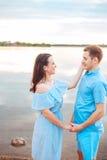 Les jeunes couples dans l'amour s'étreignent au lac extérieur dans le jour d'été, concept d'harmonie Photographie stock libre de droits