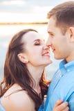 Les jeunes couples dans l'amour s'étreignent au lac extérieur dans le jour d'été, concept d'harmonie Photo stock