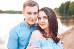 Les jeunes couples dans l'amour s'étreignent au lac extérieur dans le jour d'été, concept d'harmonie Images stock