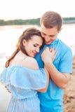 Les jeunes couples dans l'amour s'étreignent au lac extérieur dans le jour d'été, concept d'harmonie Image libre de droits