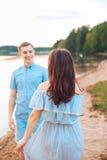 Les jeunes couples dans l'amour s'étreignent au lac extérieur dans le jour d'été, concept d'harmonie Images libres de droits