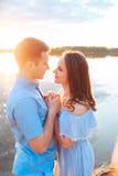 Les jeunes couples dans l'amour s'étreignent au lac extérieur dans le jour d'été, concept d'harmonie Photos stock