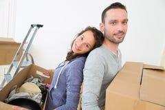 Les jeunes couples dans l'amour se sont déplacés leur nouvel appartement Photographie stock libre de droits