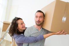 Les jeunes couples dans l'amour se sont déplacés leur nouvel appartement Images stock