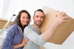 Les jeunes couples dans l'amour se sont déplacés leur nouvel appartement Photos stock