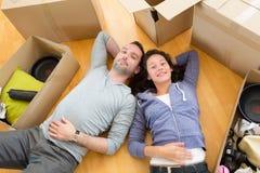 Les jeunes couples dans l'amour se sont déplacés leur nouvel appartement Photo libre de droits