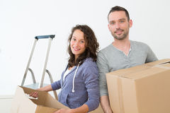 Les jeunes couples dans l'amour se sont déplacés leur nouvel appartement Photo stock