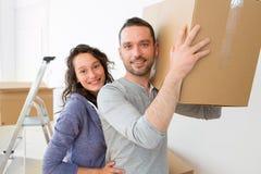 Les jeunes couples dans l'amour se sont déplacés leur nouvel appartement Photographie stock