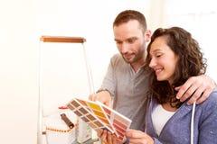 Les jeunes couples dans l'amour se sont déplacés leur nouvel appartement image libre de droits
