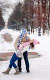 Les jeunes couples dans la danse d'amour en hiver se garent Photos libres de droits