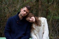 Les jeunes couples dans la forêt se dirigent sur la tête Images libres de droits