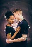 Les jeunes couples dansent ensemble, amour et affection Image libre de droits