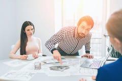 Les jeunes couples de famille achètent les immobiliers de propriété de loyer Contrat de signature pour ou appartement ou appartem photographie stock