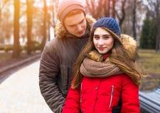 Les jeunes couples de hippie apprécient en parc de ville d'hiver extérieur Photographie stock