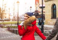 Les jeunes couples de hippie apprécient en parc de ville d'hiver extérieur Image libre de droits