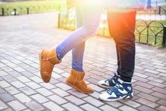 Les jeunes couples de hippie apprécient en parc de ville d'hiver extérieur Images stock