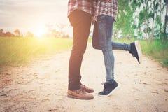 Les jeunes couples de hippie embrassant en été exposent au soleil la lumière Amour de baiser stan Image stock
