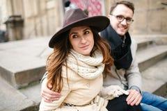 Les jeunes couples de hippie passent le temps dans la vieille ville ensemble Image libre de droits