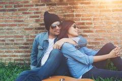 Les jeunes couples de hippie passent le temps sur dater ensemble Photo stock