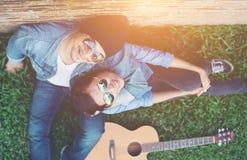 Les jeunes couples de hippie passent le temps sur dater ensemble Photo libre de droits