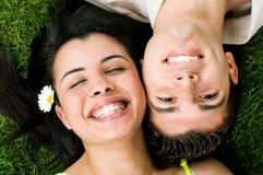 Les jeunes couples de l'adolescence ont l'amusement photos libres de droits
