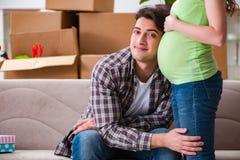 Les jeunes couples de l'homme et de l'épouse enceinte attendant le bébé photos libres de droits