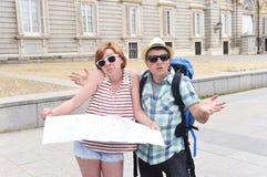 Les jeunes couples de touristes visitant Madrid en Espagne ont perdu et ont confondu desserrer l'orientation Images libres de droits