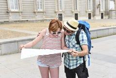 Les jeunes couples de touristes visitant Madrid en Espagne ont perdu et ont confondu desserrer l'orientation Photos libres de droits
