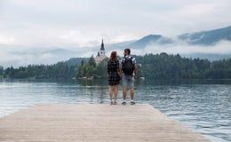 Les jeunes couples des touristes dans l'amour sur le lac ont saigné, la Slovénie Photo stock