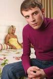 Les jeunes couples discutent dans la chambre à coucher Photos libres de droits