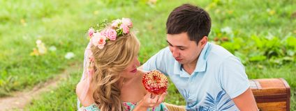 Les jeunes couples drôles d'amour la date en nature pique-niquent avec des butées toriques Image libre de droits