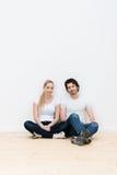 Les jeunes couples fatigués détendent dans leur nouvelle maison Photos libres de droits