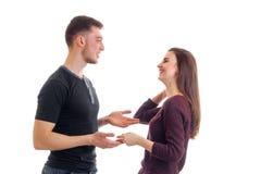 Les jeunes couples gais se tiennent vis-à-vis de l'un l'autre tenant des mains et rire Photo libre de droits