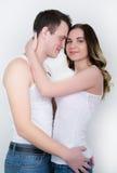 Les jeunes couples heureux appréciant un moment intime, riant beaucoup et équipent frottent doucement les cheveux de son associé Photographie stock libre de droits
