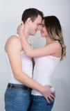 Les jeunes couples heureux appréciant un moment intime, riant beaucoup et équipent frottent doucement les cheveux de son associé Photos stock